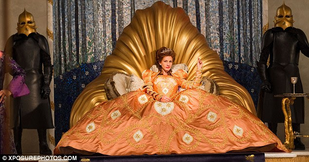 Memorável: Roberts leva um conjunto em um trono de ouro shell-como em outro vestido enorme