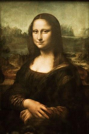 A Mona Lisa paira por trás de vidro à prova de balas no Museu do Louvre, Paris