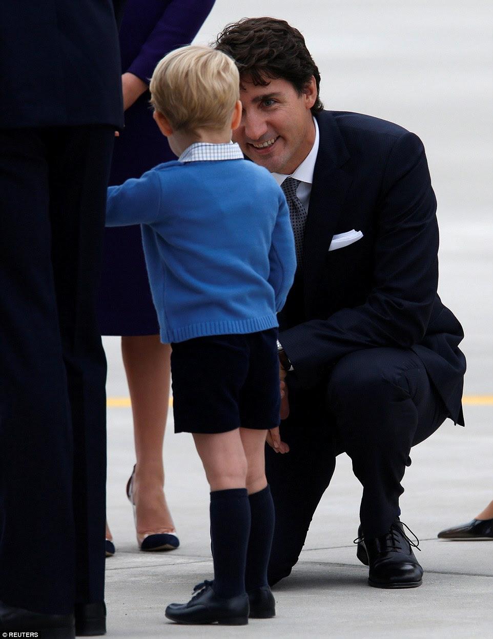 do Canadá o primeiro-ministro Justin Trudeau falei com Prince George após a chegada da família em British Columbia