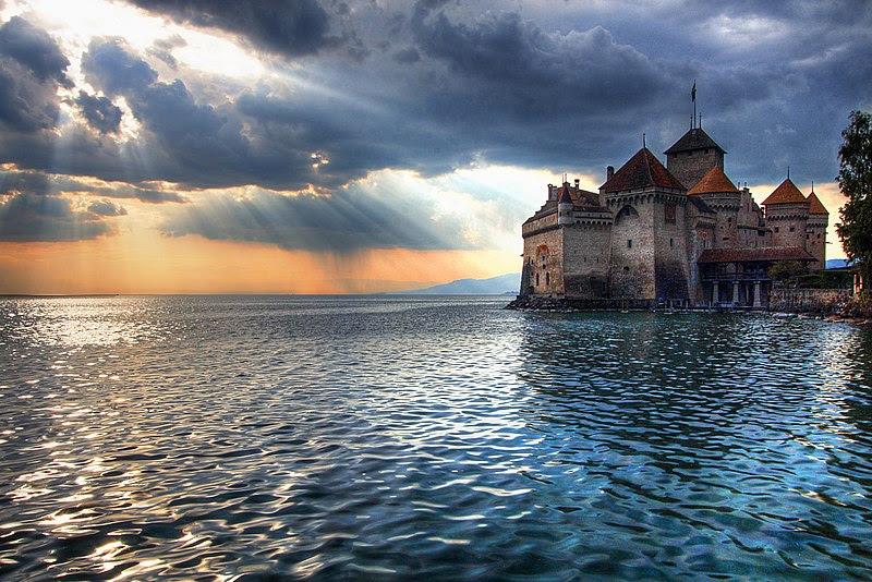 Archivo: El sol se pone sobre el Chateau de Chillon.jpg