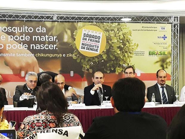 O ministro Marcelo Castro (ao microfone) durante entrevista nesta terça-feira em Brasília (Foto: Raquel Morais/G1)