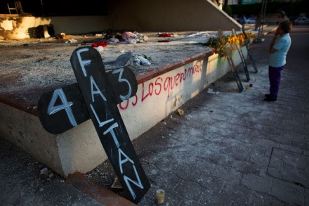 Una cruz que recuerda a los normalistas en Iguala, Guerrero. Foto: AP / Rebecca Blackwell
