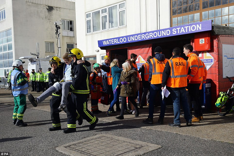 Θεραπεία: Πυροσβέστες πραγματοποιήσει μία ηθοποιός που έμεινε σε θέση να περπατήσει αφού «τραυματίστηκε» το πόδι του στην κατάρρευση του σταθμού μετρό