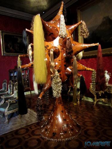Joana Vasconcelos - Perruque 2012 (1) aka Estrutura de madeira com cabelos [EN] Perruque - Wooden structure with hair