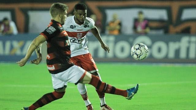 Ataque vacila, defesa não segura e CRB perde em Goiânia