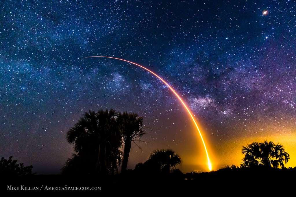 Falcon 9 s'élance vers les étoiles. © Mike Killian, AmericaSpace