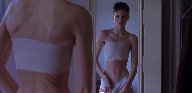 """Em """"Meninos Não Choram"""", Hilary Swank interpretou um menino transgênero que escondia as mamas com faixas"""