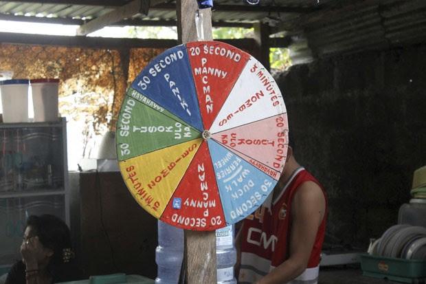 Foto divulgada nesta terça-feira (28) mostra 'roda da tortura' usada por policiais da Filipinas para punir presos (Foto: Commission on Human Rights/AP)