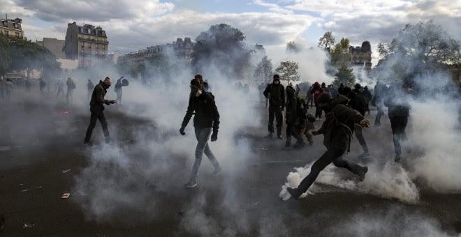 Un grupo de manifestantes se enfrentan a la policía durante una manifestación contra la reforma laboral del Gobierno socialista en la Plaza de la Nación en París (Francia). EFE/Etienne Laurent