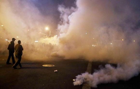 La jornada del lunes en Baltimore, que había comenzado de forma pacífica, acabó derivando en fuertes disturbios por parte de un grupo de violentos manifestantes, en su mayoría jóvenes. Foto: Boston Globe.