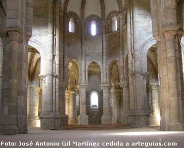 Cabecera de la iglesia de Carboeiro, de preciosa y monumental articulación