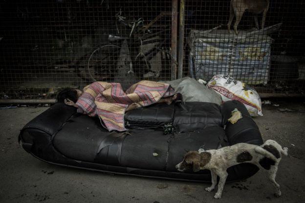 Pessoa dormindo nas ruas de Manila