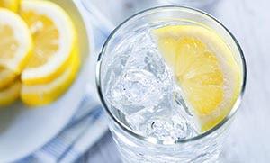 Όλη η αλήθεια για το νερό με λεμόνι