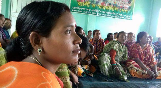 Cuatro grupos de mujeres de las aldeas de Mohalbari, Surail y Damoir en el norte de Bangladesh, participaron en una capacitación de dos días en liderazgo y movilización en Dinajpur para difundir el trabajo de exitosas cooperativas de mujeres que mejoran la vida en el ámbito rural. La mayoría de las 51 mujeres no tenían tierras y procedían de comunidades hindúes, musulmanas e indígenas. Crédito: IFAD.