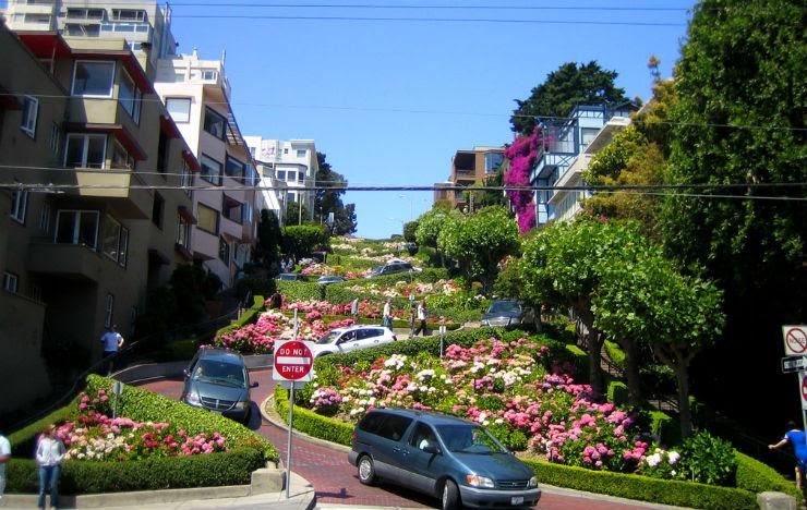 """""""Em São Francisco, já foi palco de muitas perseguições no cimea, a Lombard street."""""""