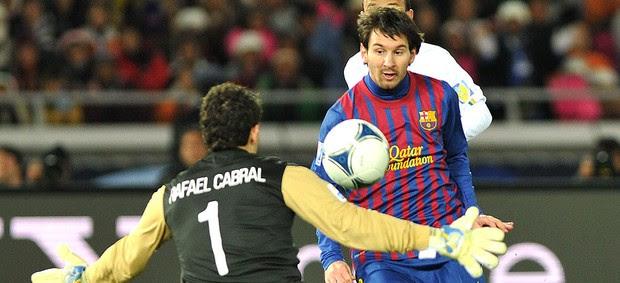 Messi marca gol do Barcelona contra o Santos (Foto: AFP)