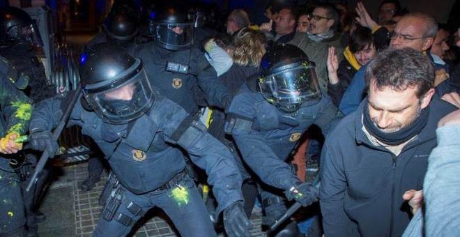 Miembros de los Mossos d´Esquadra impiden el paso de manifestantes en las inmediaciones de la Delegación del Gobierno en Barcelona. - EFE