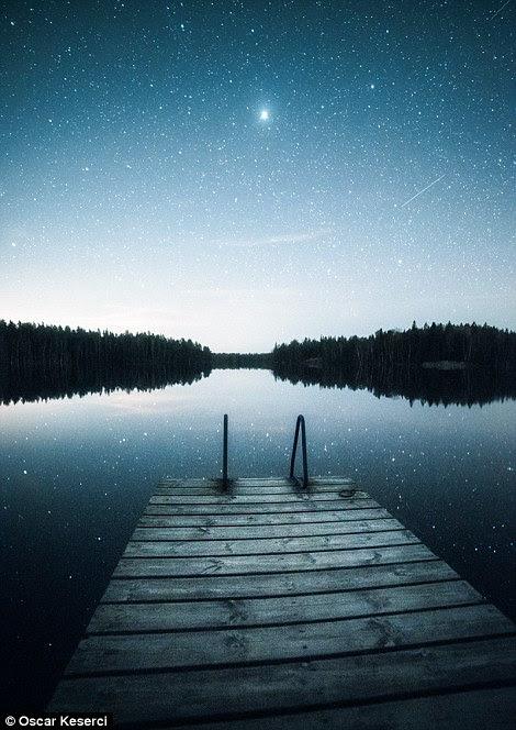 As estrelas são refletidas na água em Inkoo em Finlandia