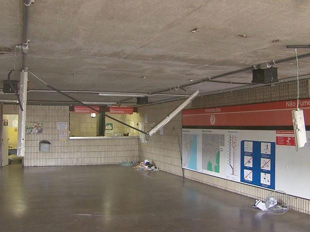 Bilheterias, luminárias e painéis foram danificados (Foto: Reprodução / TV Globo)