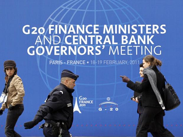 Polícia francesa faz a segurança em frente ao edifício do Ministério das Finanças da França, na véspera do início do encontro do G20 (Foto: Reuters)