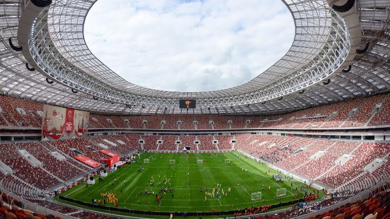 To Luzhniki Stadium είναι χωρητικότητας 81.000. Χτίστηκε στη Μόσχα το 1956 και ανακαινίσθηκε πέντε φορές (1979, 1996, 1999, 2008, 2013 - 2017), ενώ στο παρελθόν είχε φιλοξενήσει τον τελικό του UEFA (1999), αλλά και του Champions League (2008). Ήδη έχει πέντε αστέρια κι εκεί θα γίνει ο τελικός της διοργάνωσης.
