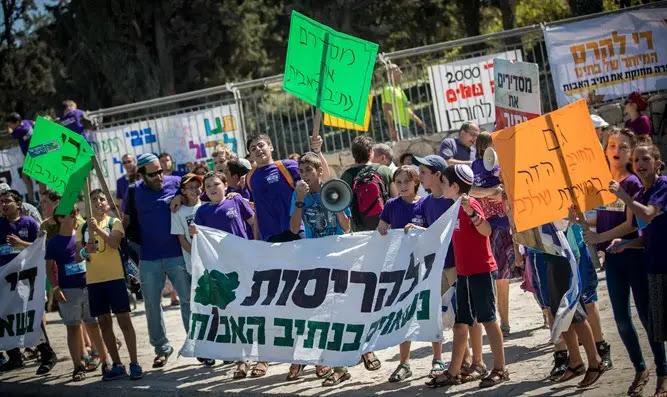 Children of Netiv Ha'avot protest planned demolition