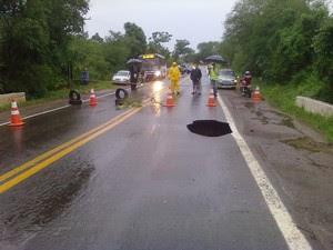 Buraco na ERS-030 impediu trânsito nos dois sentidos na segunda-feira (11) (Foto: Anderson Silva Porcher/VC no G1)