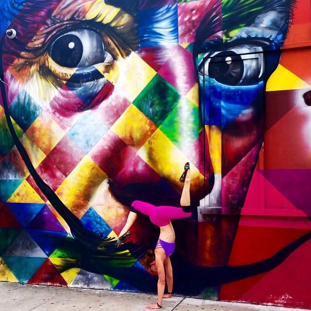 Fent yoga davant dels graffitis