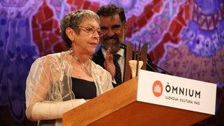 Maria-Antònia Oliver durant el seu discurs, i, al fons, el president d'Òmnium Cultural, Jordi Cuixart (ACN)