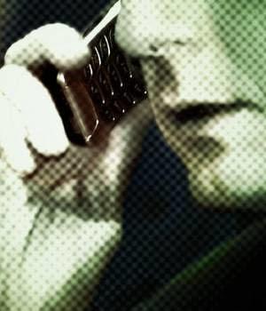 hombre-hablando-por-telefono-celular-300x350
