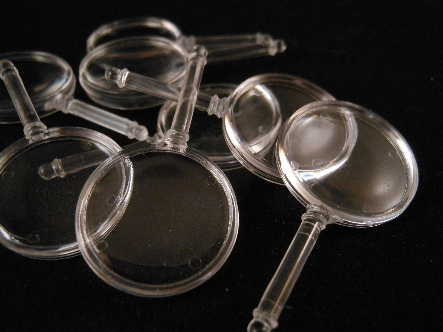 Small plastic magnifying glasses, used to show the location of clues in Cluedo Super Sleuth.