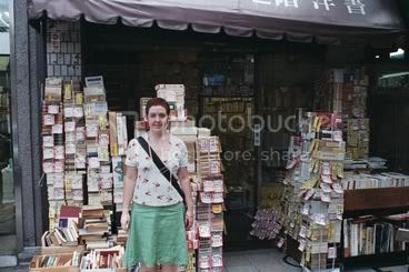 Piles de llibres a l'entrada