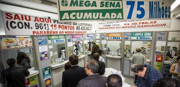 Pessoas fazem fila em lotérica da rua Boa Vista, no centro de São Paulo (SP), para apostar na Mega-Sena, que estava acumulada