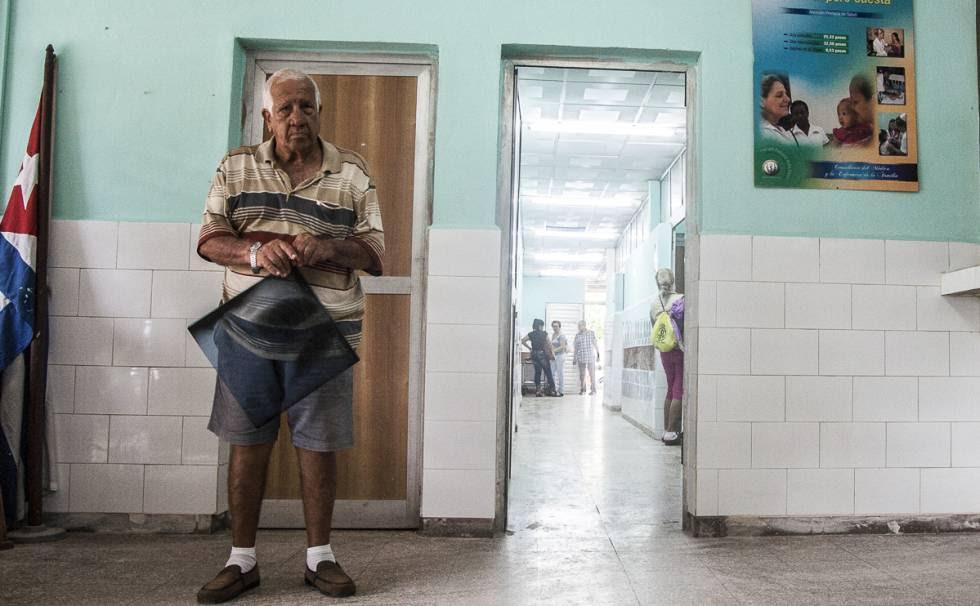 Un paciente con su radiografía espera en la entrada al policlínico 18 de Octubre la consulta con su especialista.