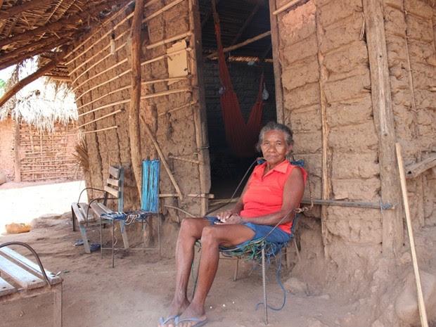 Dona de casa, Deodora Dias da Silva, de 61 anos, conta que sua renda não passa dos R$ 110 por mês (Foto: Gil Oliveira/ G1)