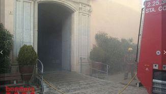 El foc ha afectat l'interior de l'església de Vilobí d'Onyar (@bomberscat)