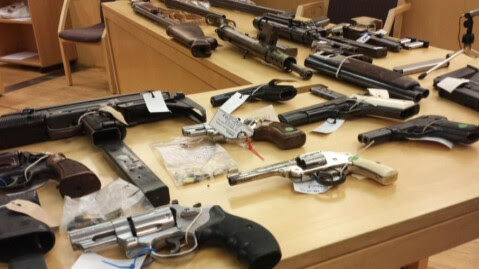 BESLAG: Politiet har beslaglagt 15 våpen, og Hells Angels Oslo må betale en bot på 750.000 kroner.