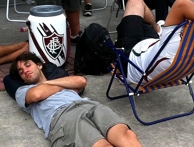 torcedor dormindo na fila para comprar ingressos