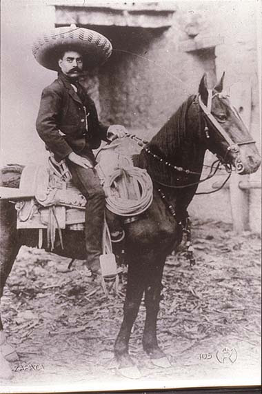 Mexikói forradalom. General Zapata on horseback. Agustín Victor Casasola (1874-1938) fotója. Vö. http://content.cdlib.org/ark:/13030/hb6p3009q4/?layout=metadata&brand=calisphere