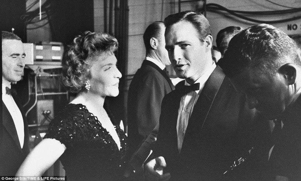 O selvagem: Marlon Brando pega o olho do fotógrafo como ele berços seu Oscar de melhor ator por On The Waterfront em 1955