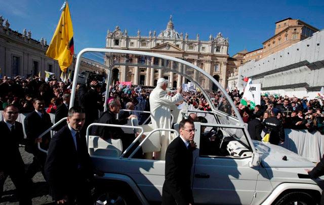 El Papa se despidió ante una multitud en la Plaza San Pedro