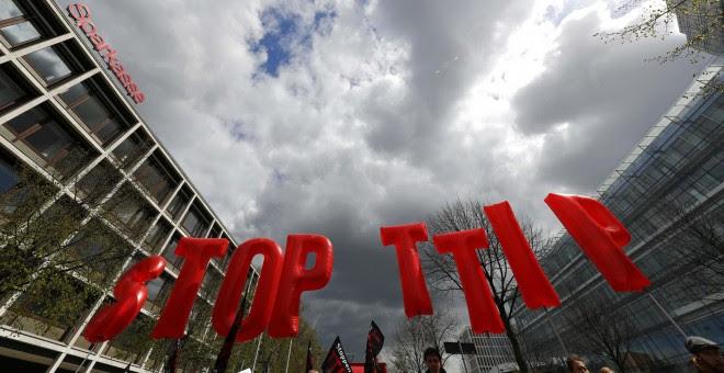 Manifestación en Hannover contra el TTIP.  REUTERS/Kai Pfaffenbach
