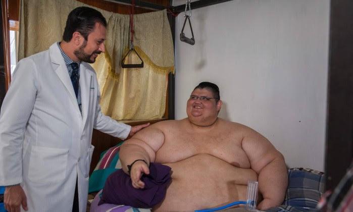 66015952_Mexican-32-year-old-Juan-Pedro-Franco-talks-with-his-doctor-Antonio