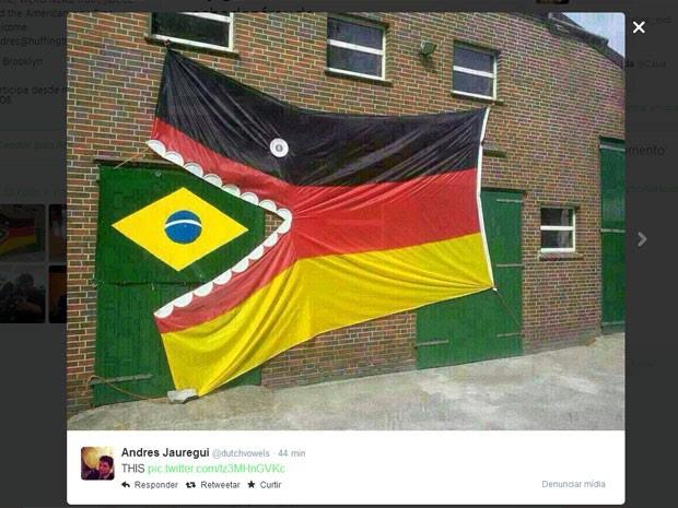 Internautas publicam imagem de bandeira da Alemanha engolindo a do Brasil para fazer piada sobre a goleada alemã na Copa (Foto: Reprodução/Twitter)