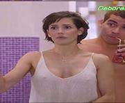 Deborah Secco muito sensual na serie Louco por elas usando uma tshirt que esconde pouco