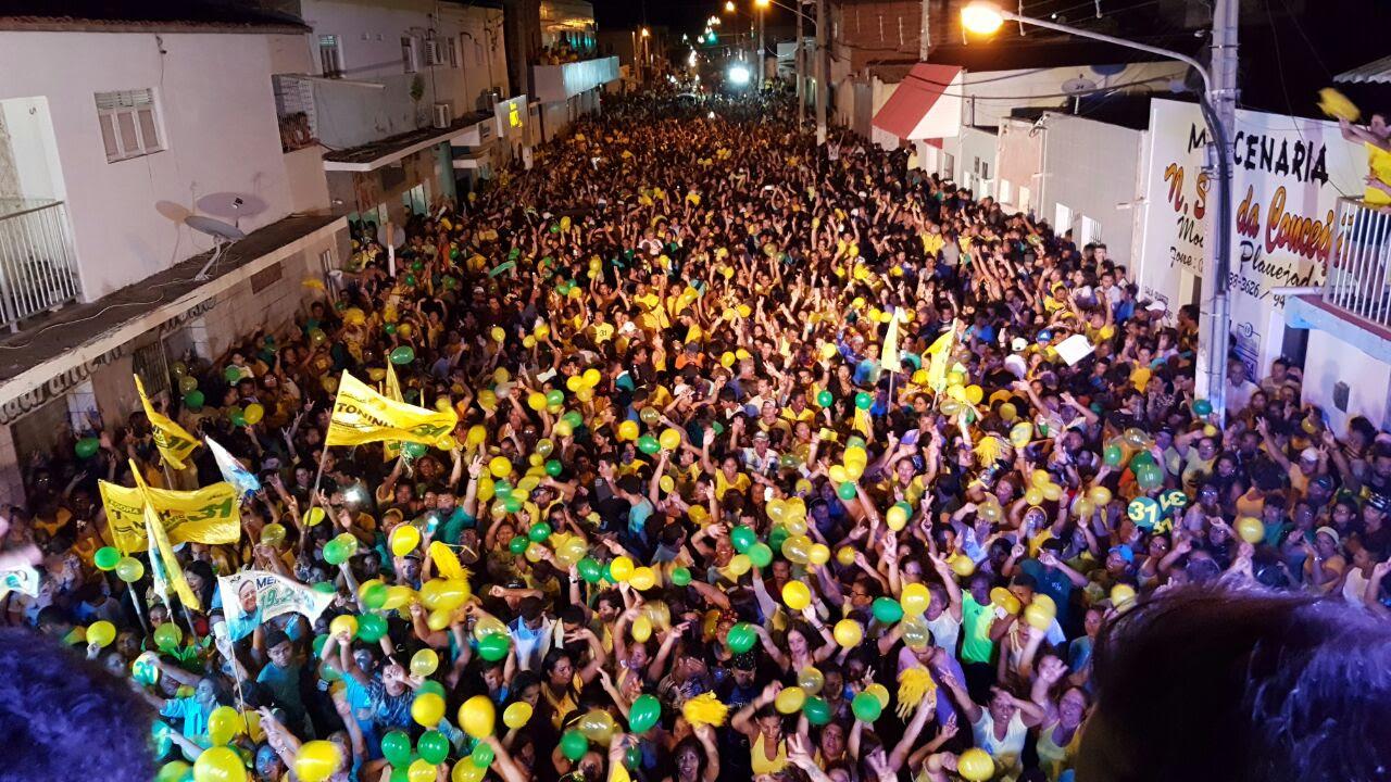 Ruas tomadas pela multidão de ponta a ponta, na noite passada