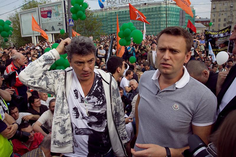 """Борис Немцов и Алексей Навальный посидели 5 минут в бессрочной политической забастовке на Малом Каменном мосту во время """"Марша миллионов"""" 6 мая 2012"""