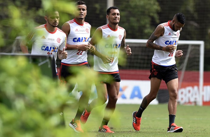 Afastados, jogadores do Flamengo treinam no ninho do Urubu (Foto: André Durão)