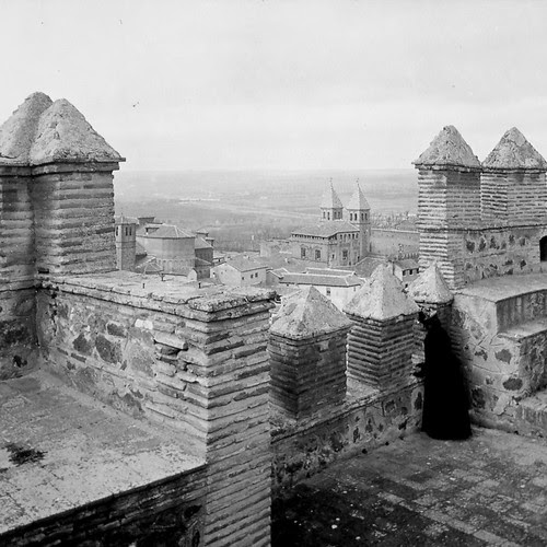 Vista de la Puerta de Bisagra desde la Puerta del Sol de Toledo a finales del siglo XIX. Fotografía de Alexander Lamont Henderson