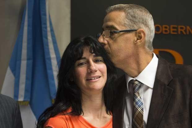 Cesar Cigliutti, presidente da comunidade homossexual argentina (à direita) beija a mãe de uma criança de 6 anos, que recebeu uma certidão de nascimento alterada  (Foto: Victor R. Caivano/ AP)